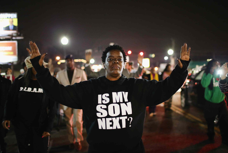 """Demonstrant trägt ein """"Is My Son Next"""" -T-Shirt während der Unruhen 2014 in Ferguson, Missouri."""