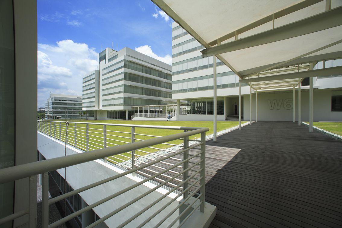 campus moderno con zonas comunes elevada hierba