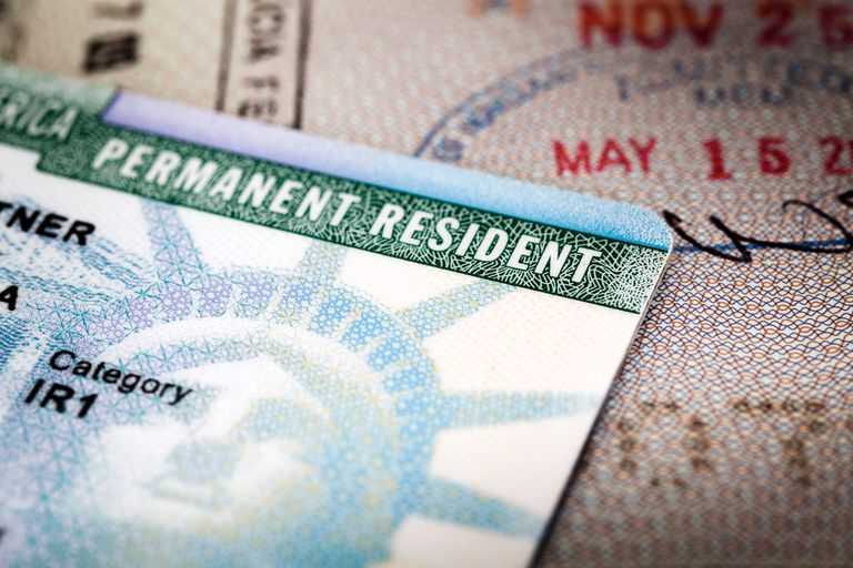 Green card y sello de ivisa de ingreso a Estados Unidos