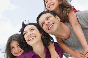 Una familia latina conformada por los papás y dos niñas.