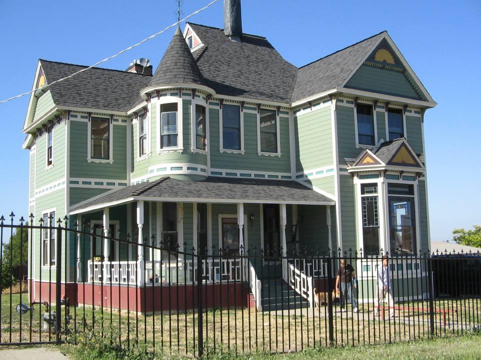 maison victorienne avec une clôture noire