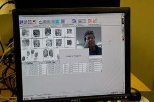 Huellas digitales de un migrante en la base de datos del DHS