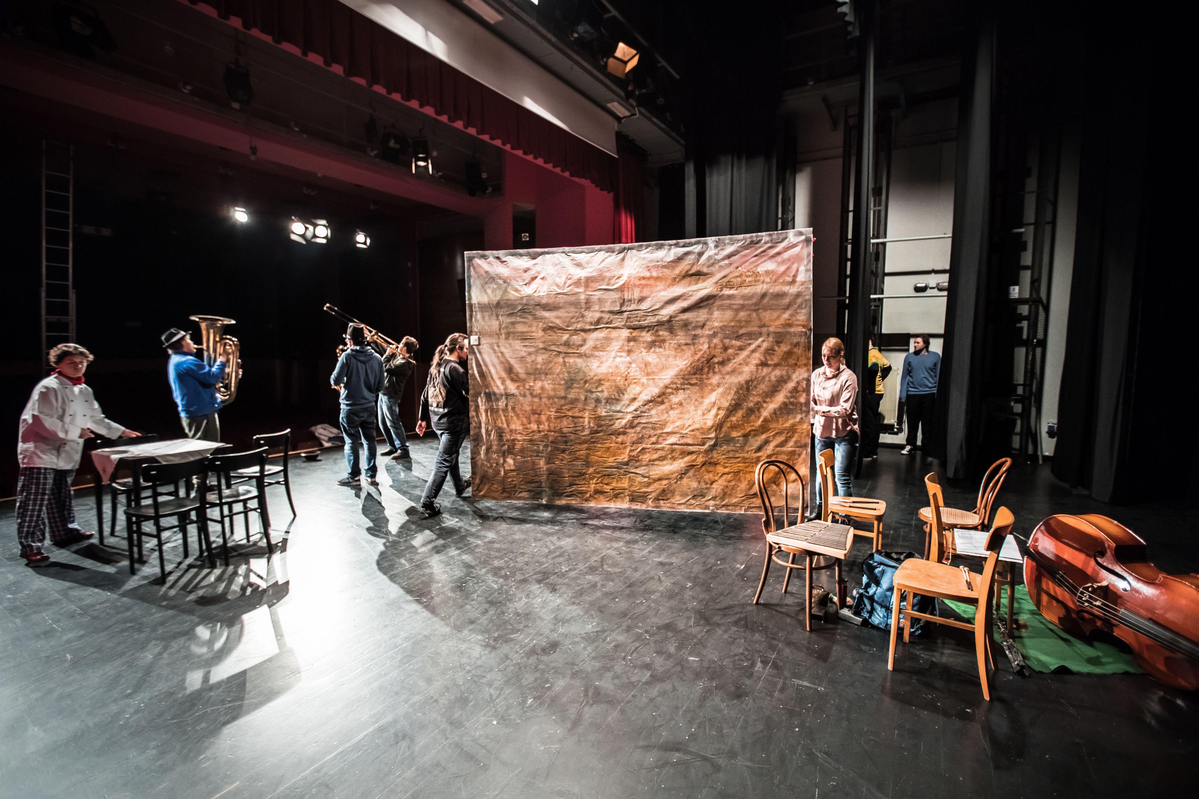 preparing scenography on theater stage 5b08e3408e1b6e003ed7b1f9