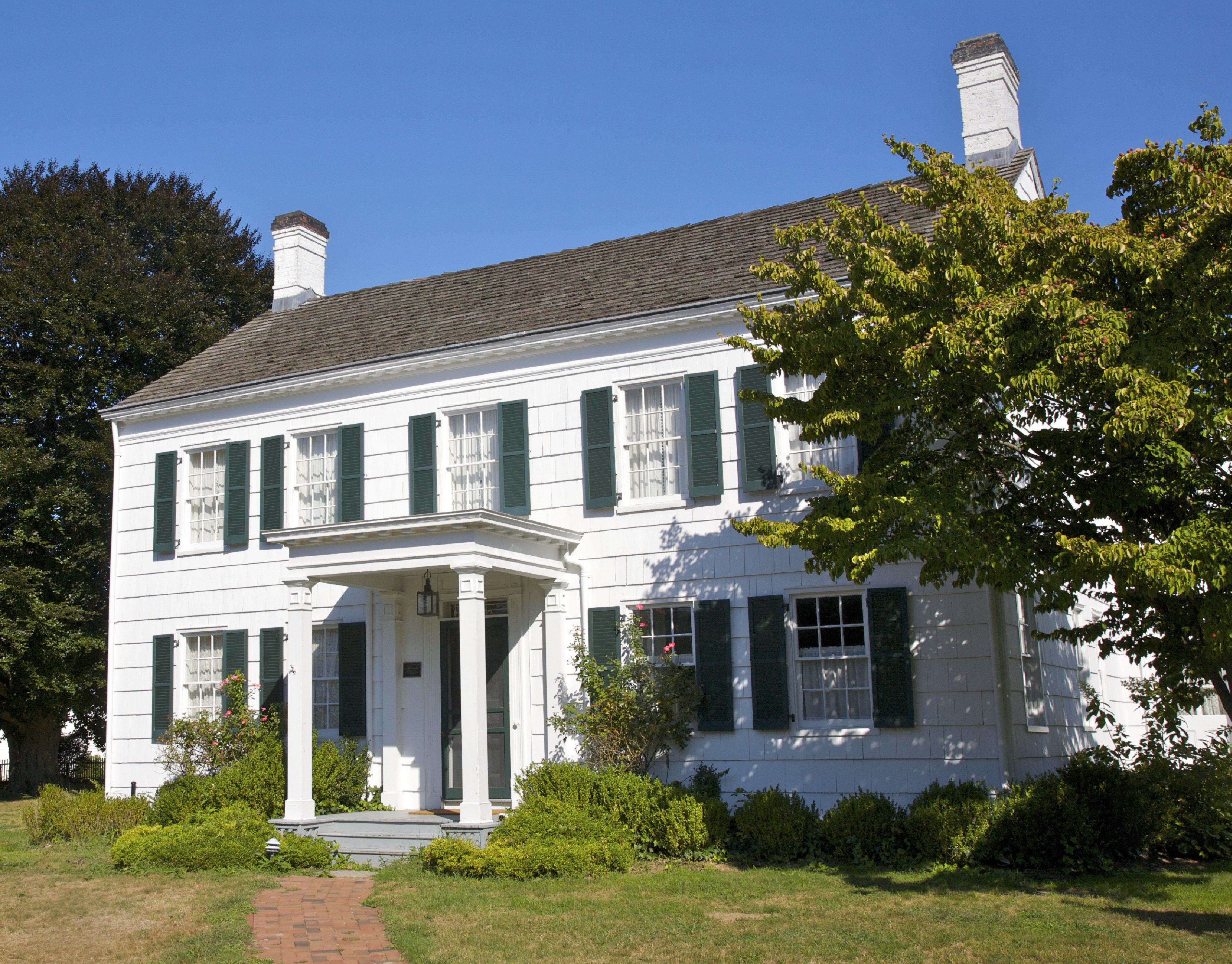 Casa de campo colonial blanca con contraventanas verdes, Corwith House, c.  1850, Long Island