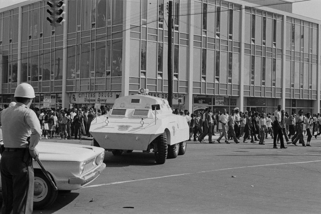 Americanos negros marchando en la esquina de 16th Street y 5th Avenue en Birmingham, Alabama, al comienzo de la Campaña de Birmingham, mayo de 1963.