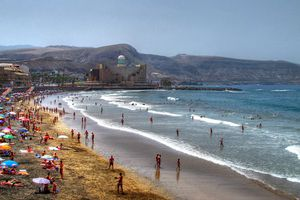 A busy Beach in the Canary Islands on a sunny day / (Hace mucho sol en la playa)