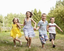 Grupo de niños jugando.