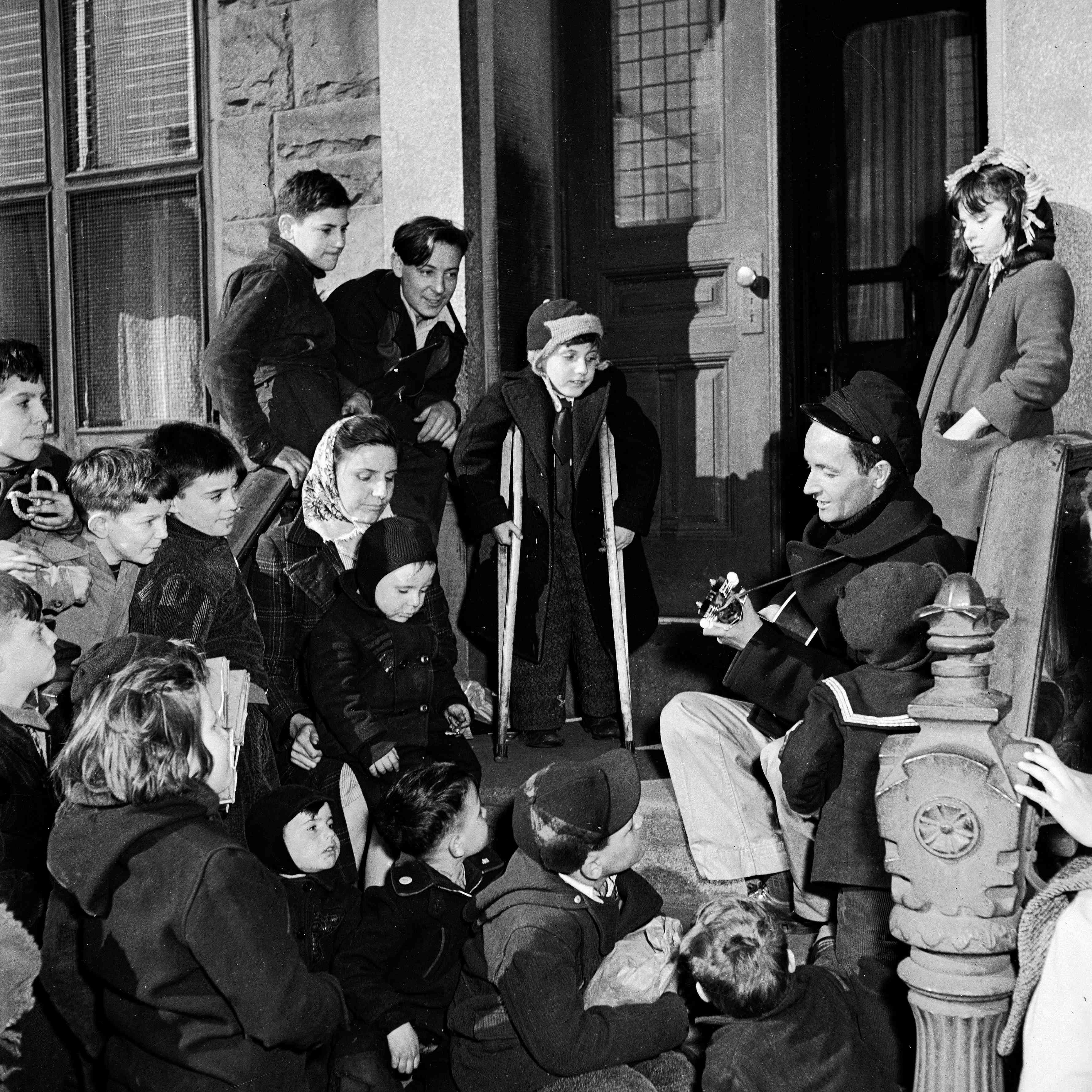 Woody Guthrie Performs On Stoop