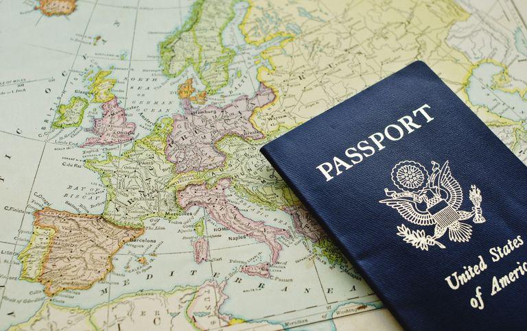 Pasaporte de EE.UU. sobre mapa de Europa