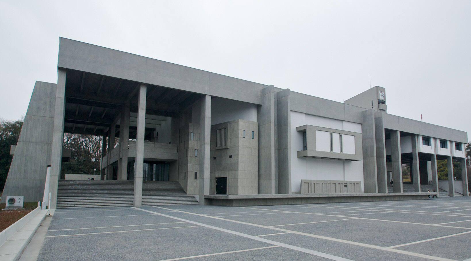 similar a una caja moderna estructura de piedra, columnas cuadradas, bajos, techo plano, muchas aperturas
