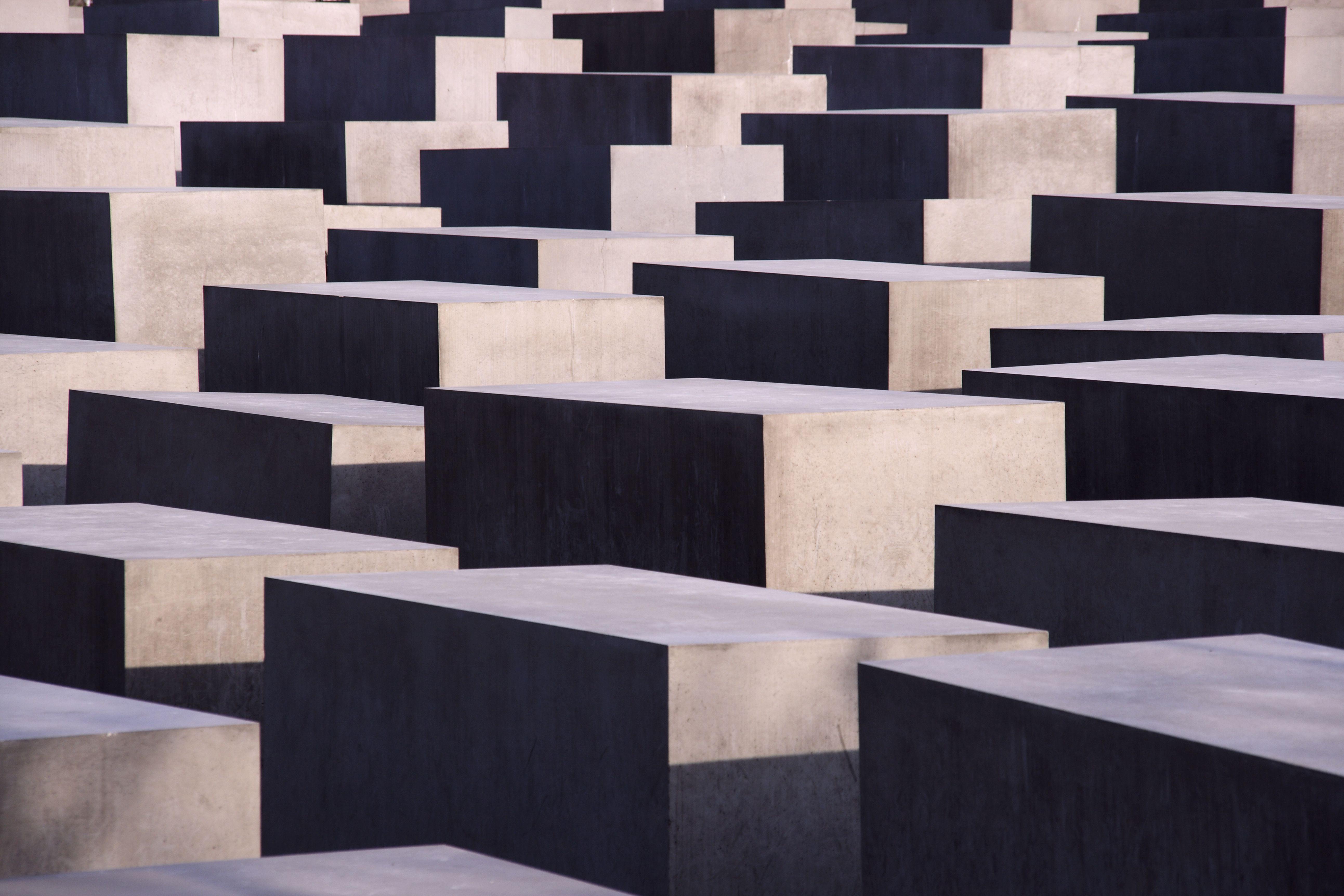Détail du Mémorial de l'Holocauste de Berlin crée une image abstraite de la lumière géométrique et objets solides sombres
