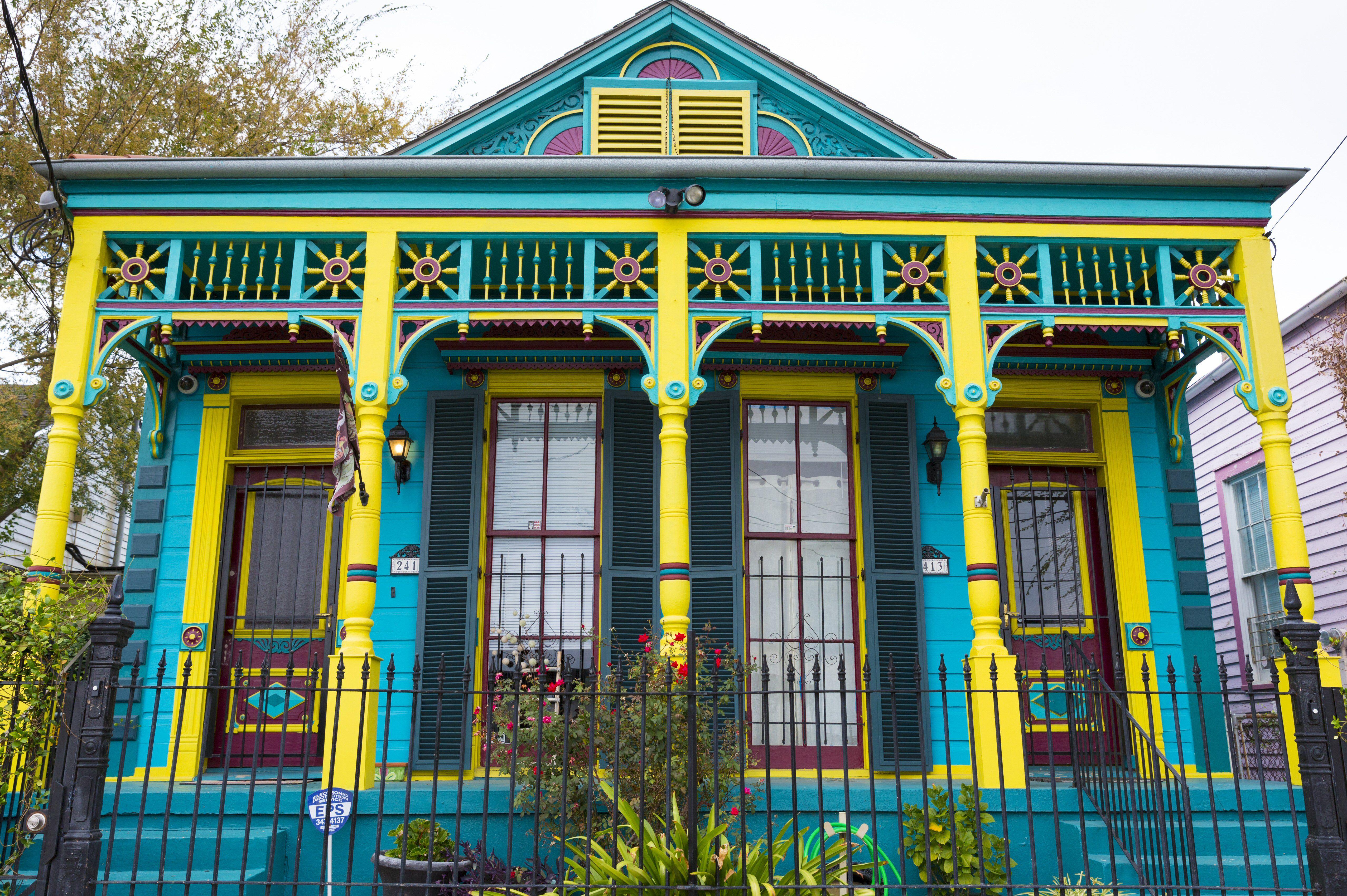 Maison traditionnelle cottage creole larmier lumineux avec Stoop avant