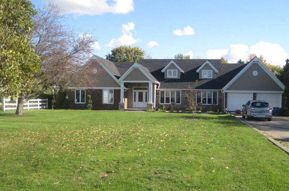 Esta casa de la década de 1970 es un estilo rancho modificado, con 2 buhardillas y 3 frontones