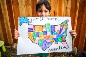 Niño con mapa dibujado de los Estados Unidos