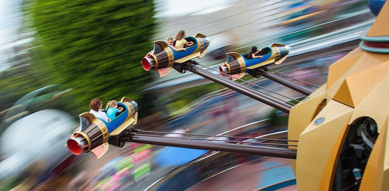 Niños en atracción de Disneyland