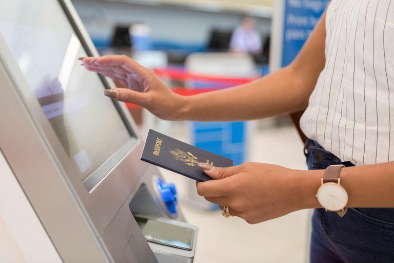Una viajera se registra en el aeropuerto