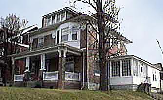 αρχειακό φωτογραφία της Amy & amp;  Το σπίτι του Τιμ όταν η επένδυση ήταν βαμμένη λευκή