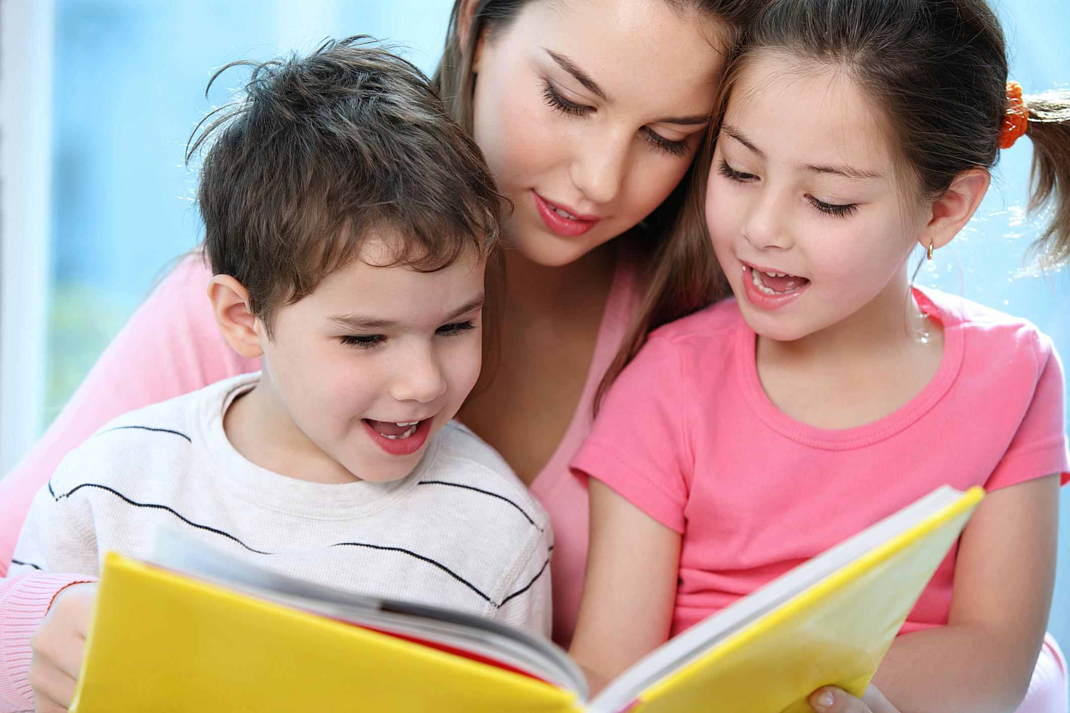 Niñera leyendo con niños