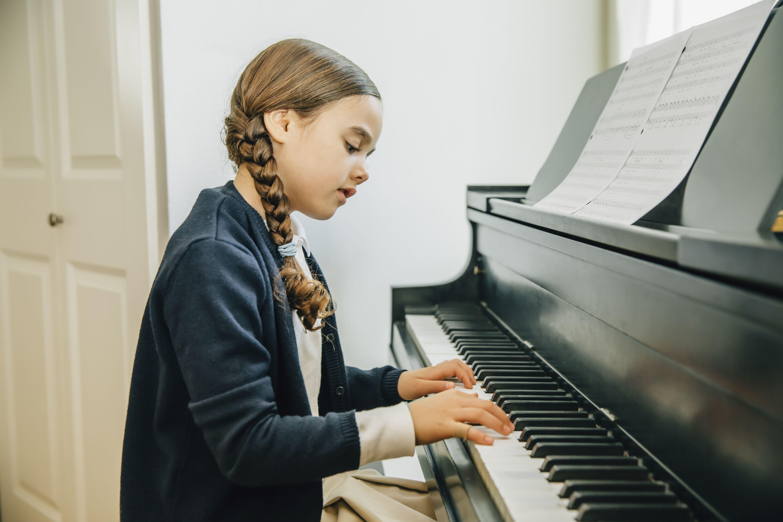 girl playing piano - HD5121×3414