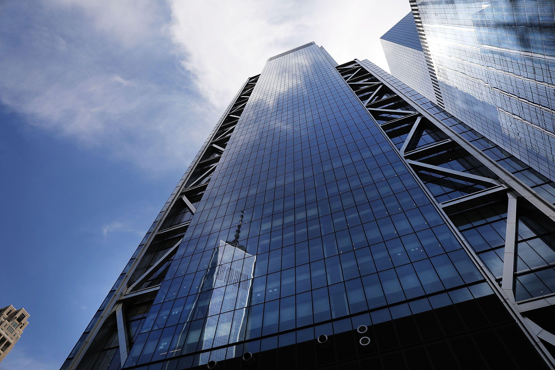 One World Trade Center se reflète le long des fenêtres en verre de trois World Trade Center, le troisième gratte-ciel à construire sur le site des tours jumelles d'origine dans le Lower Manhattan et qui a officiellement ouvert le lundi matin, le 11 Juin, 2018 New York.  Le cinquième plus haut bâtiment de New York, trois World Trade Center a été construit par le développeur Larry Silverstein, président du Silverstein Properties et a coûté 2,7 milliards $.  Il dispose aa total de 2,5 millions de pieds carrés d'espace de bureaux et se situe à 1079 pieds de haut.