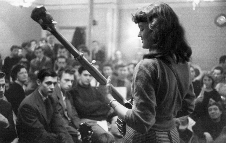Peggy Seeger performing folk music in the 1960s on banjo