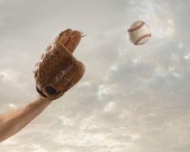 Baseball mit catching a baseball
