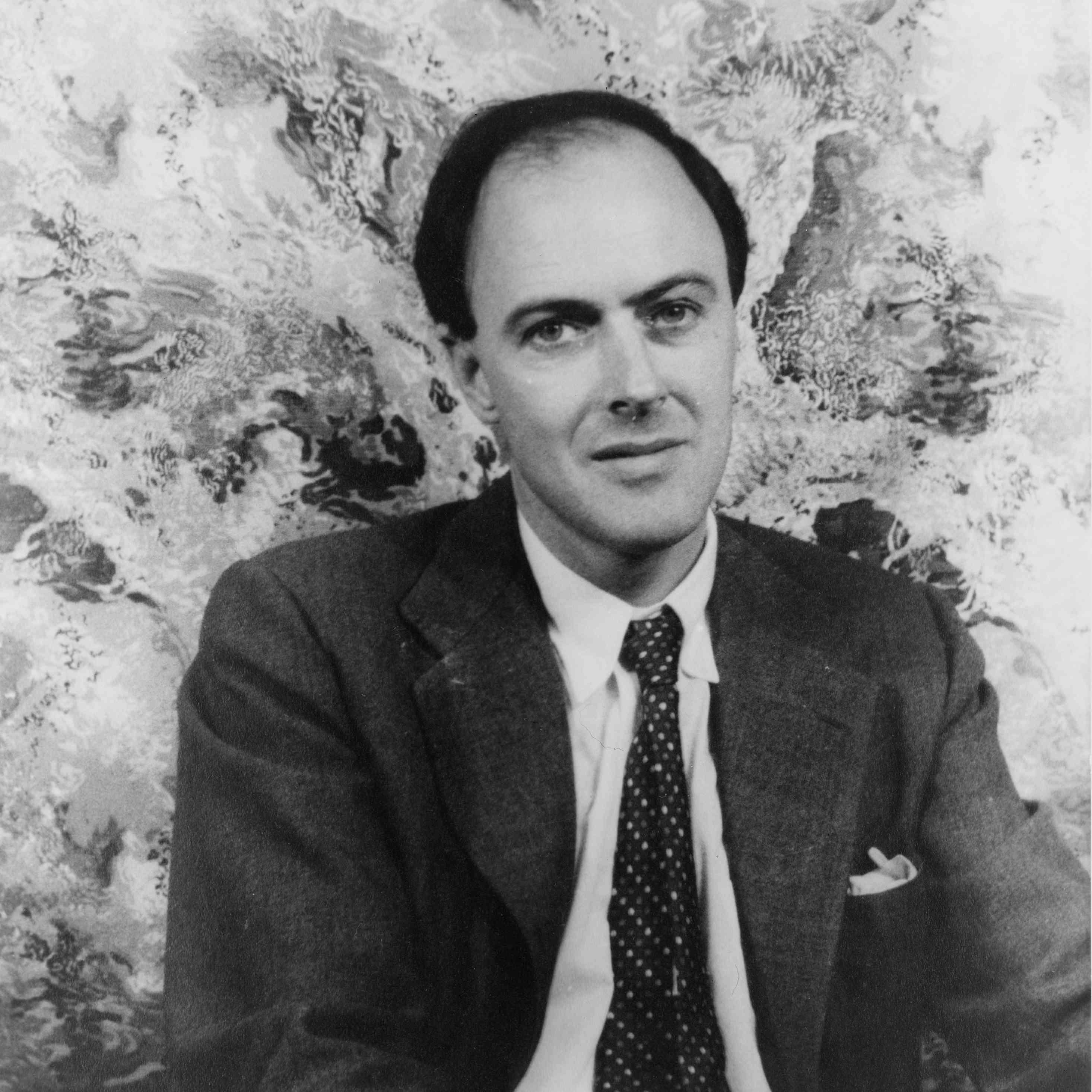 Retrato de Roald Dahl, vestido con corbata y chaqueta