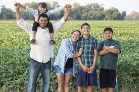 Familia latina y es que un residente permanente puede pedir a algunos de sus familiares.