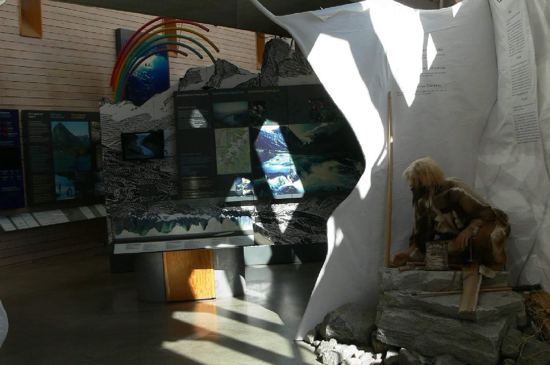 ακτίνες του ήλιου σε εκθέματα που εξηγούν τους παγετώνες