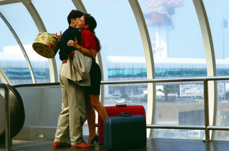 Pareja se abraza en aeropuerto.