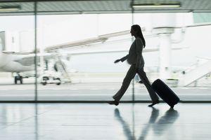 Mujer con maleta en aeropuerto