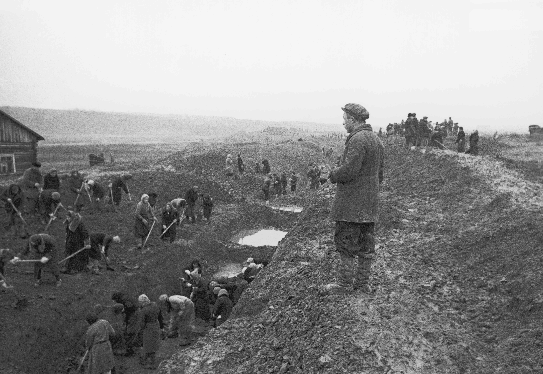 Ρώσοι πολίτες σκάβουν εμπόδια κατά των δεξαμενών κοντά στη Μόσχα.
