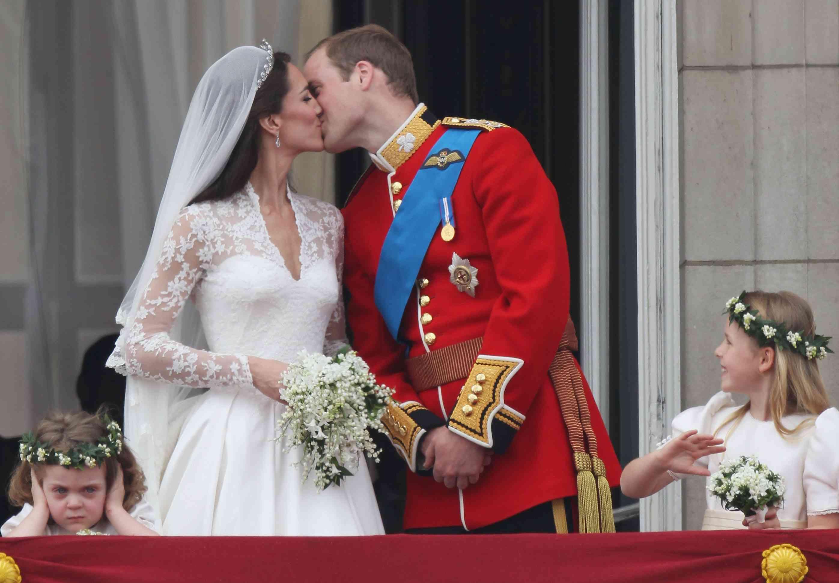 Casament reial: els nuvis saluden els benvinguts del balcó del palau de Buckingham