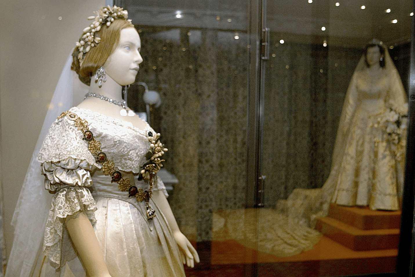 ビクトリア女王とエリザベス2世のウェディングドレス