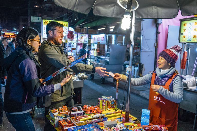 people buying from Mandarin vendor