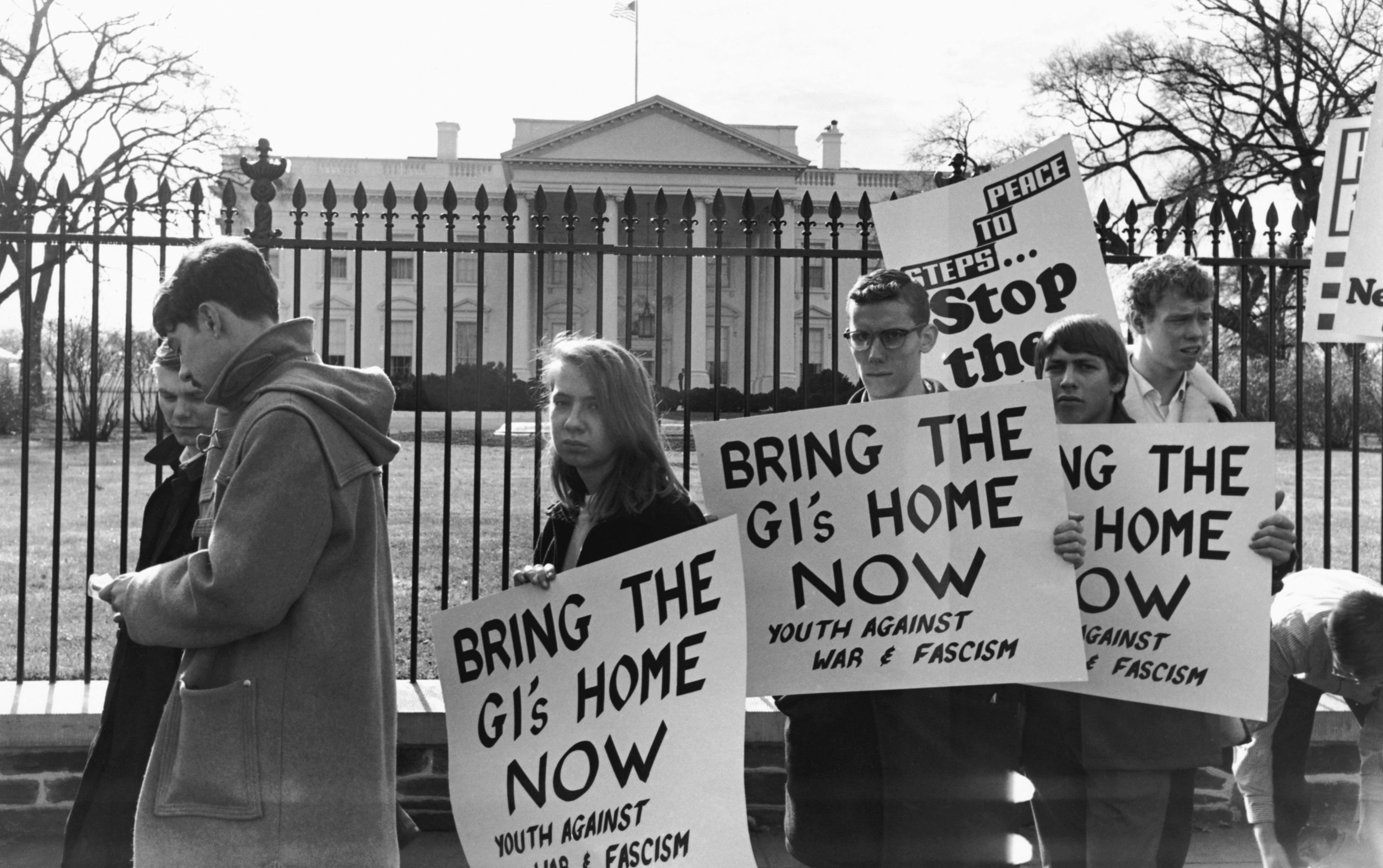 Protesters at the White House in 1965