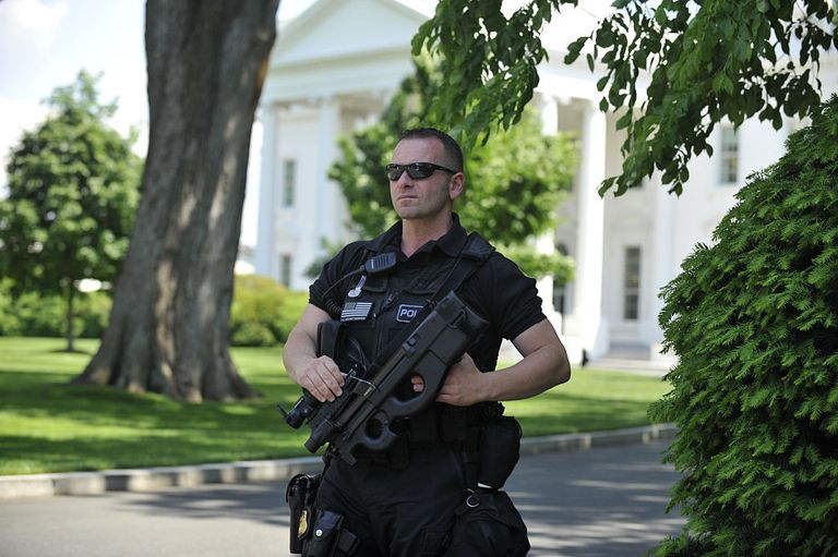 a secret service agent outside the white house