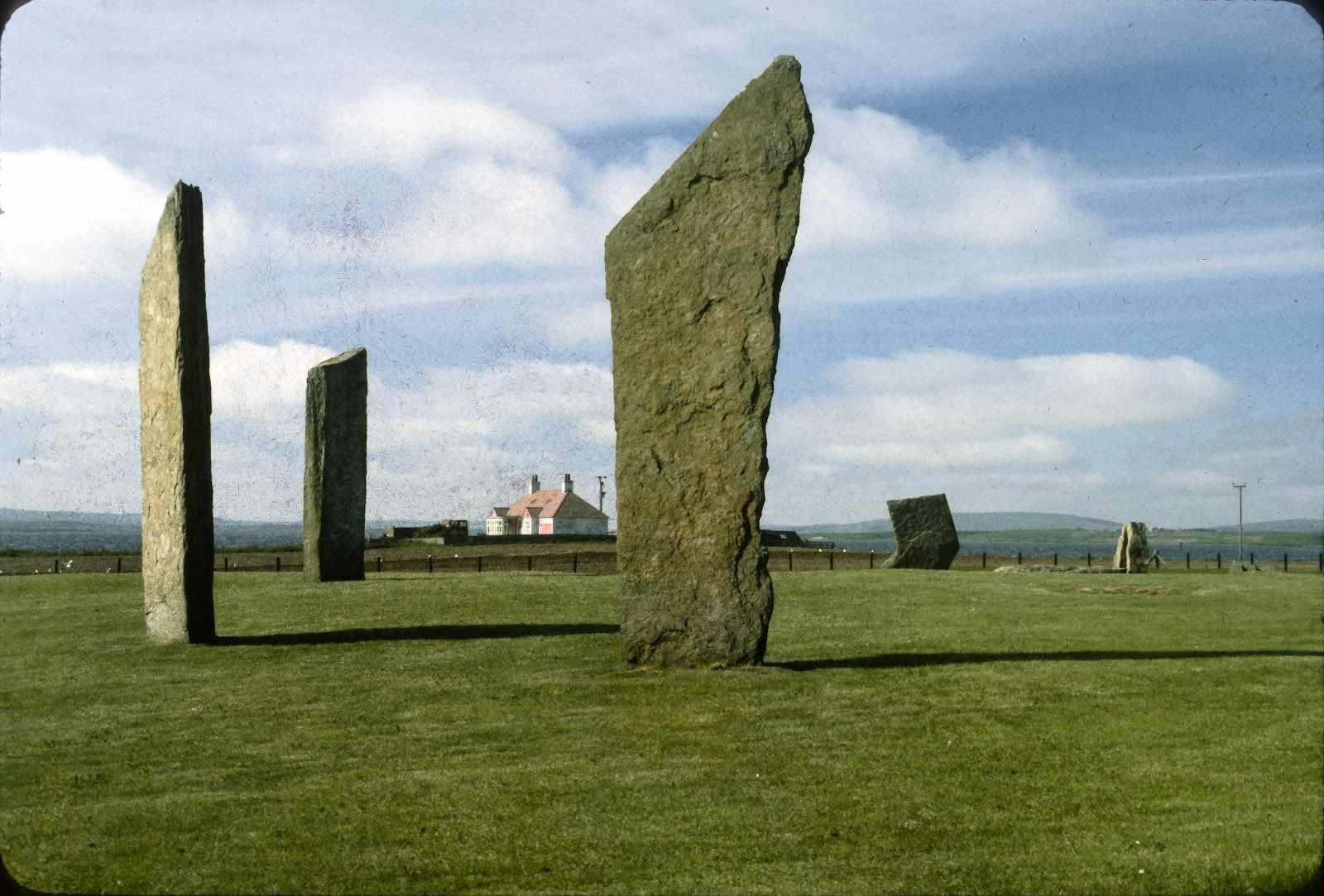 Stehende Steine der Stenness an einem sonnigen Tag.