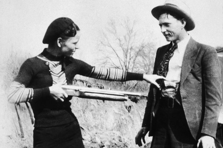 Bonnie and Clyde posing with a shotgun in 1932