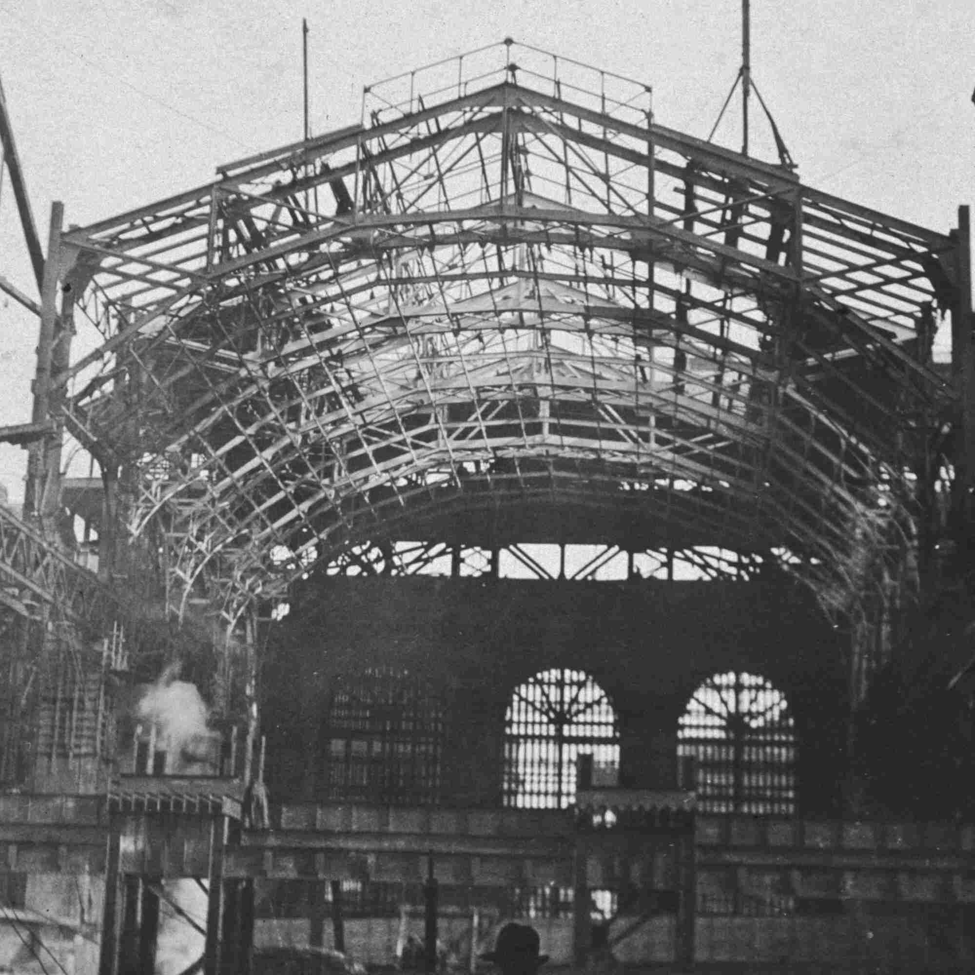 Archivfoto 1907: Zwei Männer gehen während des Baus am Metallrahmen der Grand Central Station vorbei.