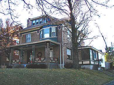Αμερικανικό σπίτι Foursquare με πράσινη βαφή