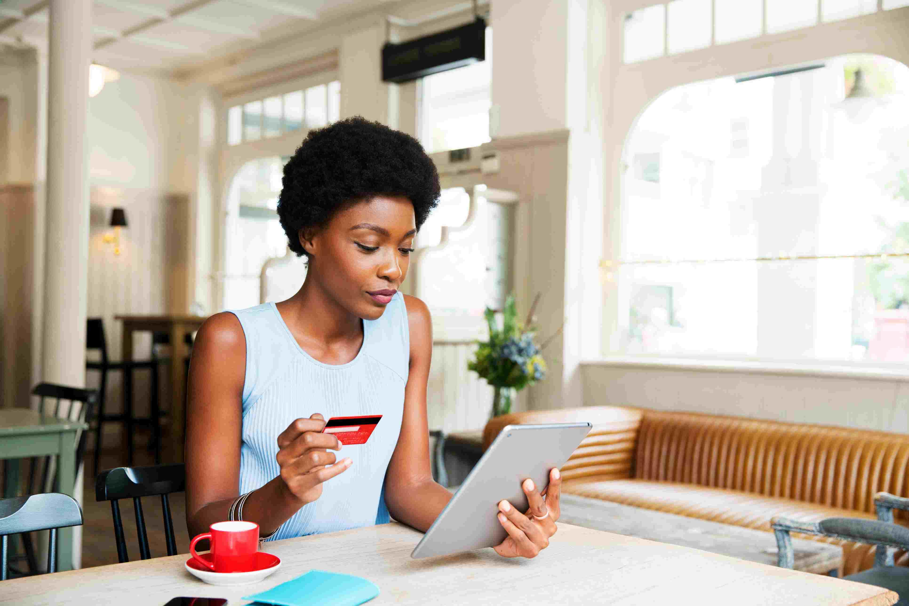 Frau mit Kreditkarte und Tablette